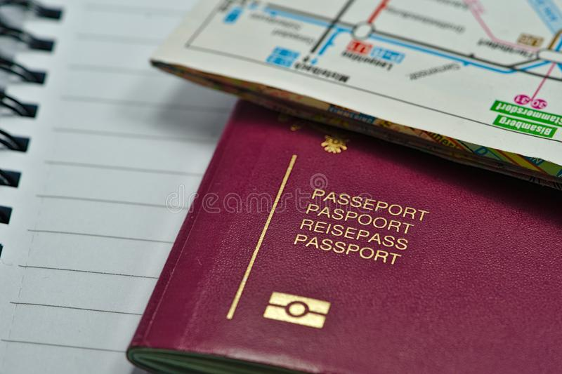 Pasaporte biométrico multilingue listo para viajar fotos de archivo libres de regalías