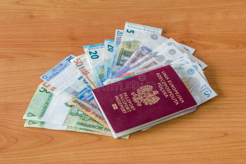 Pasaporte biométrico polaco y moneda y EURO bielorrusos y británicos fotos de archivo libres de regalías