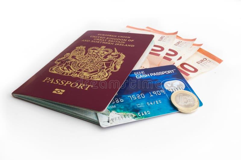 Pasaporte BRITÁNICO con moneda de la tarjeta de débito y del euro imágenes de archivo libres de regalías