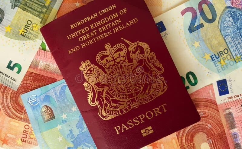 Pasaporte británico y billetes de banco euro foto de archivo