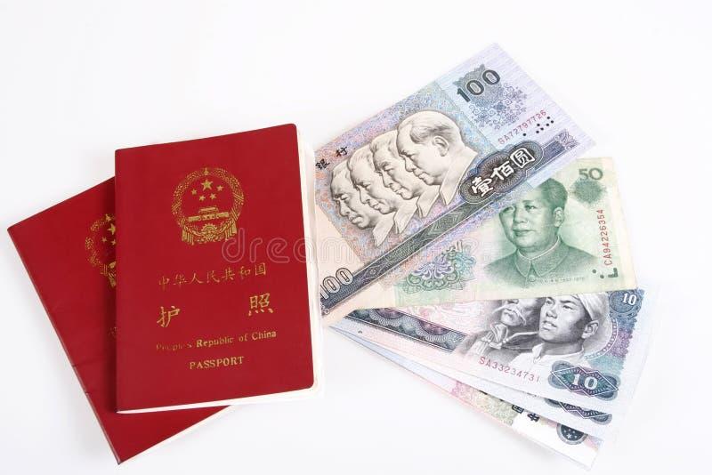 Pasaporte chino y dinero en circulación imagen de archivo