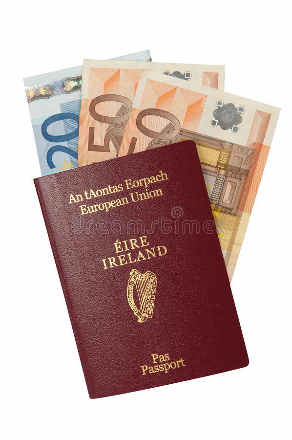 Pasaporte con efectivo euro fotos de archivo
