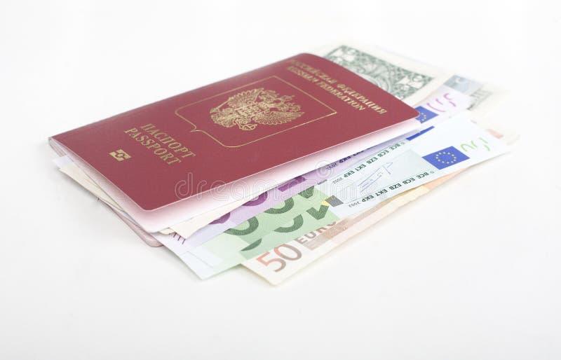 Pasaporte con la porción de dólares del efectivo de la moneda, euro imagenes de archivo