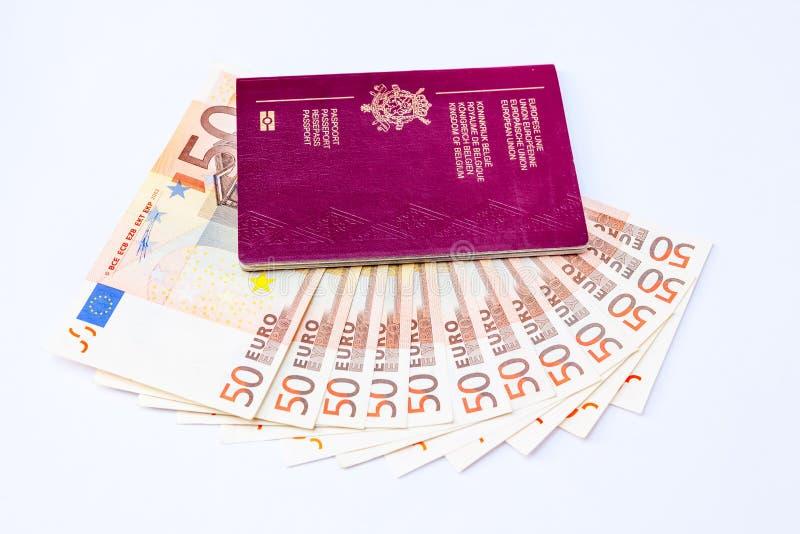 Pasaporte de Bélgica y ` s del euro que viajan imágenes de archivo libres de regalías