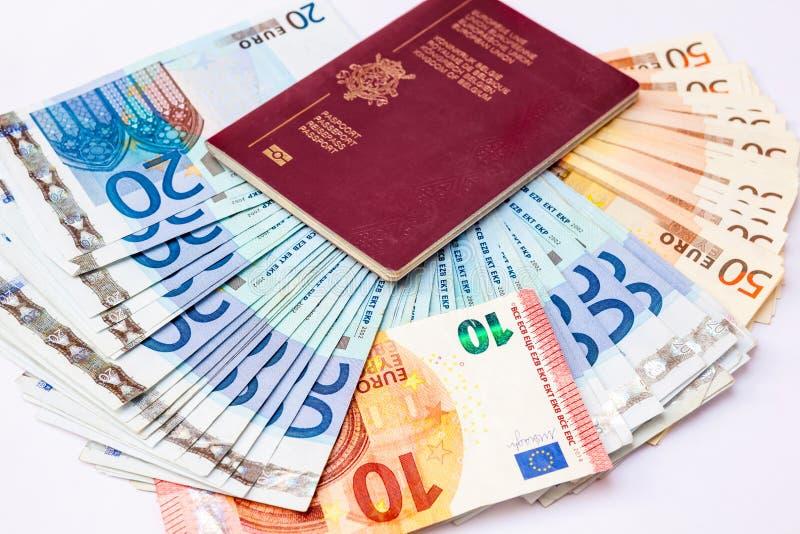 Pasaporte de Bélgica y ` s del euro que viajan imagen de archivo