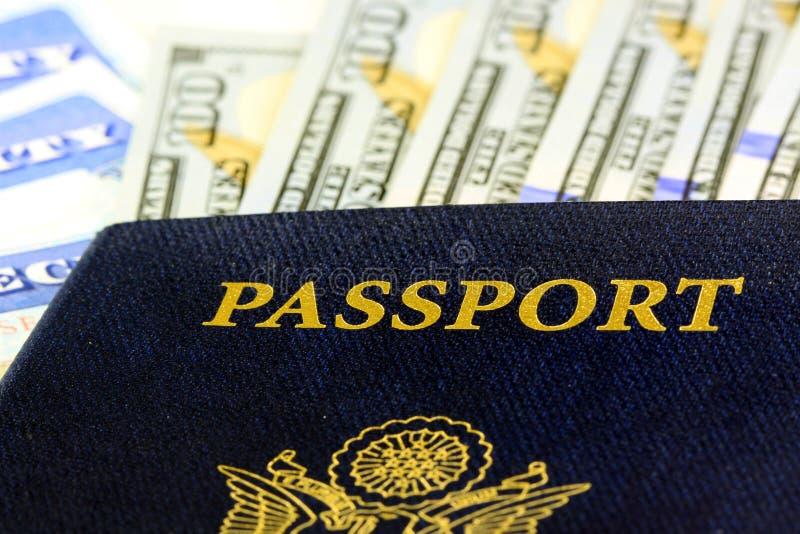Pasaporte de Estados Unidos con cientos billetes de dólar imagenes de archivo