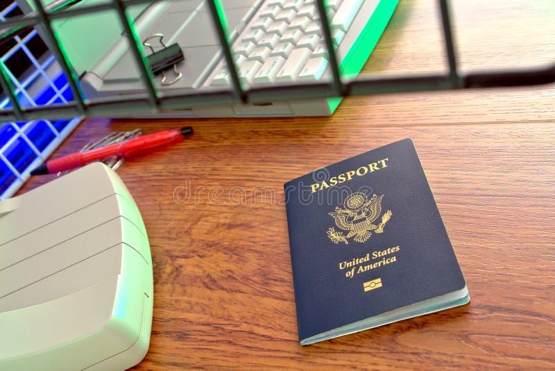 Pasaporte de los E.E.U.U. en el contador no nativo de la inmigración fotografía de archivo libre de regalías