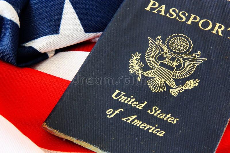 Pasaporte de los E.E.U.U. en la bandera de los E.E.U.U. fotos de archivo