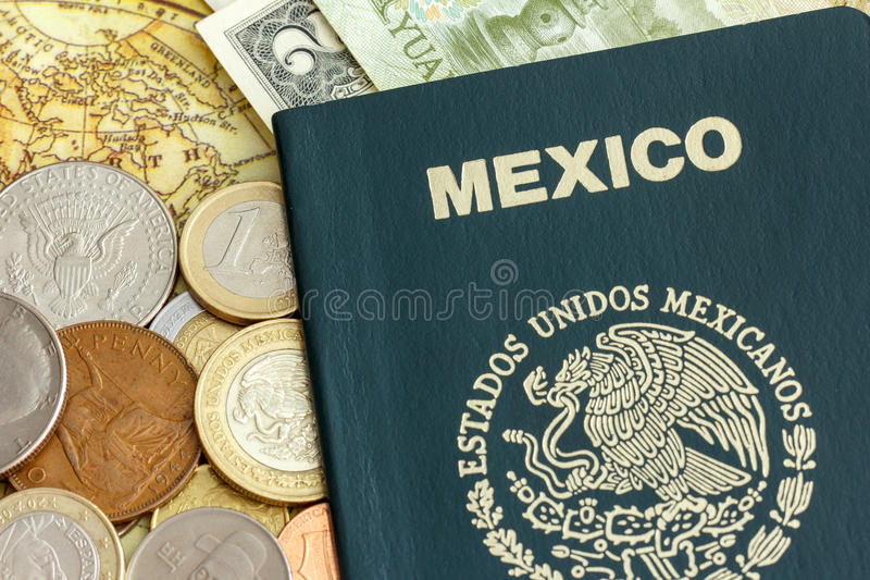 Pasaporte de México con el dinero en circulación del mundo sobre una correspondencia imagen de archivo libre de regalías