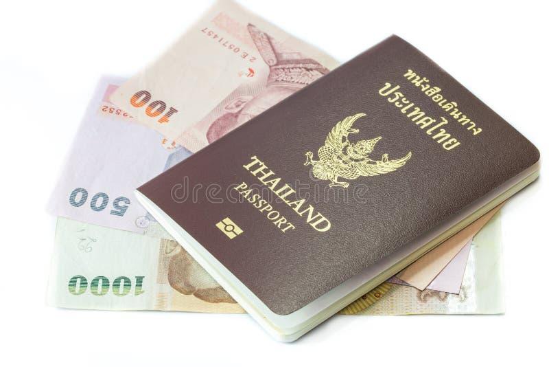 pasaporte de Tailandia con el dinero tailandés imagenes de archivo