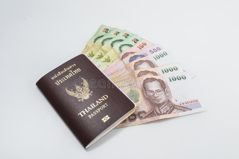 Pasaporte de Tailandia con el dinero tailandés listo para viajar imagenes de archivo
