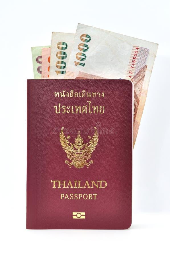 Pasaporte de Tailandia con los billetes de banco foto de archivo libre de regalías