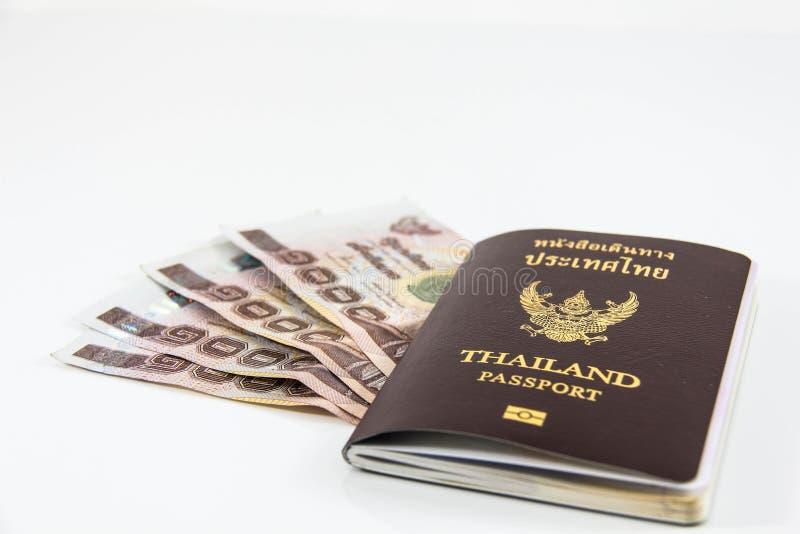 Pasaporte de Tailandia y dinero tailandés imagenes de archivo