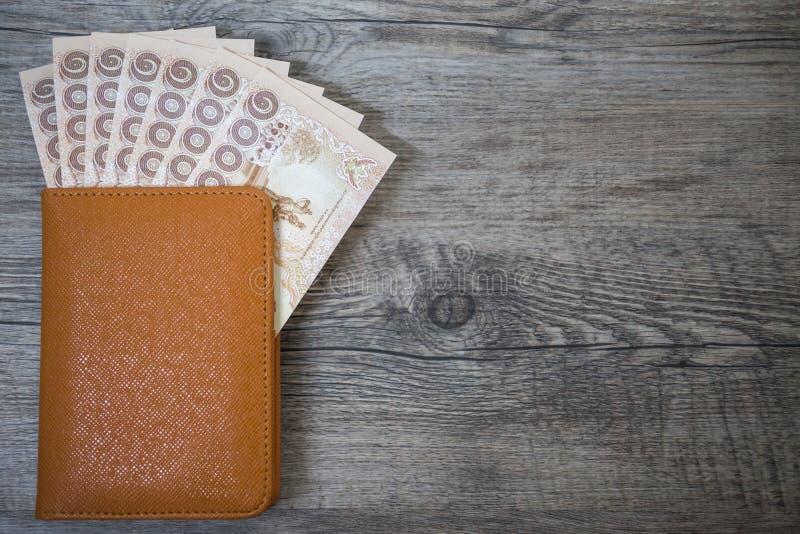 Pasaporte de Tailandia y pila de dinero tailandés del baño y de x28; passport& x29; foto de archivo