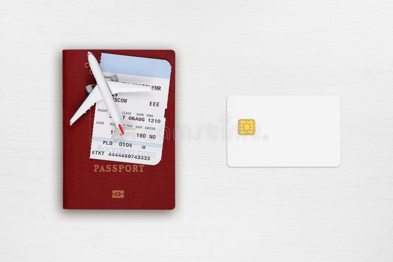 Pasaporte, documento de embarque, aeroplano del juguete y tarjeta de crédito imagen de archivo
