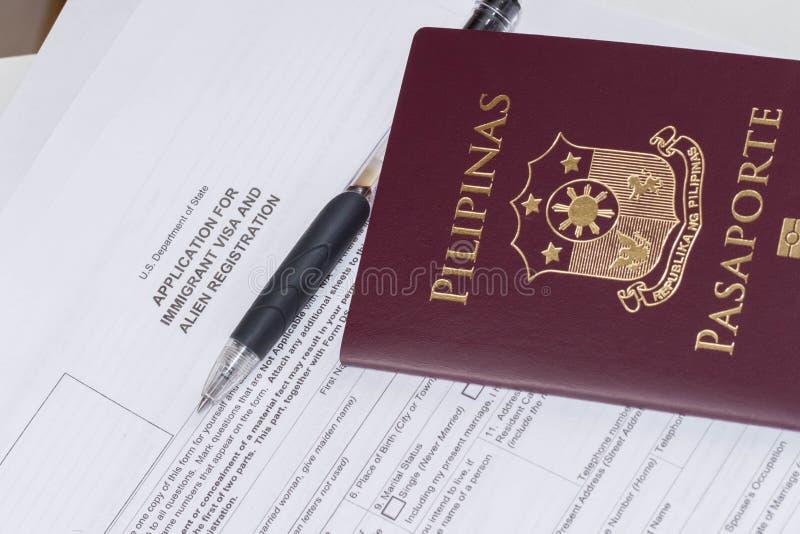 Pasaporte filipino que solicita inmigrante de los E.E.U.U. y el registro extranjero fotografía de archivo libre de regalías