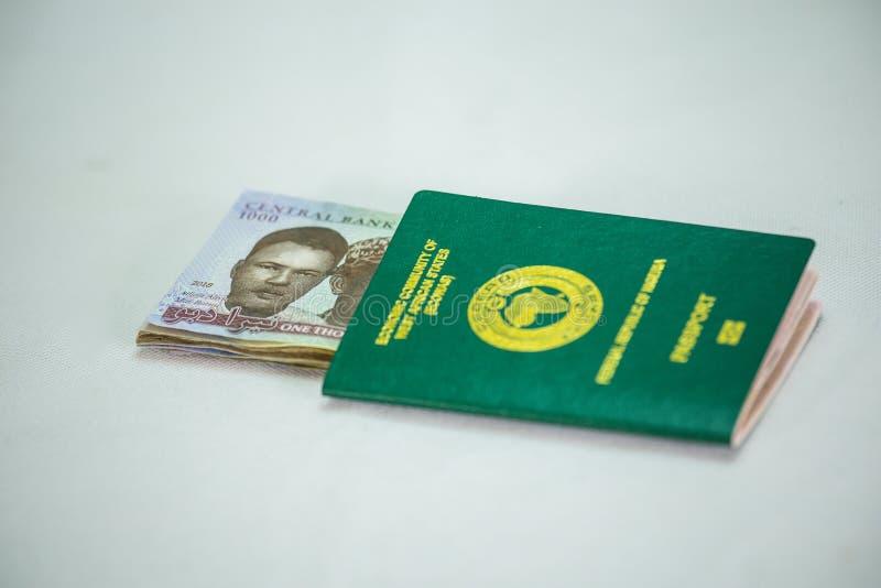 Pasaporte internacional de Ecowas Nigeria con 1000 notas de la moneda del naira imágenes de archivo libres de regalías