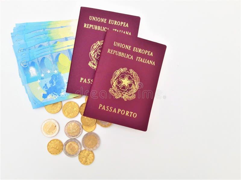 Pasaporte italiano dos con los billetes de banco euro foto de archivo