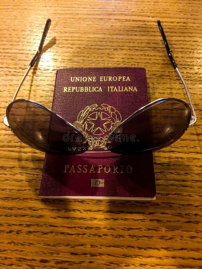 Pasaporte italiano fresco fotografía de archivo