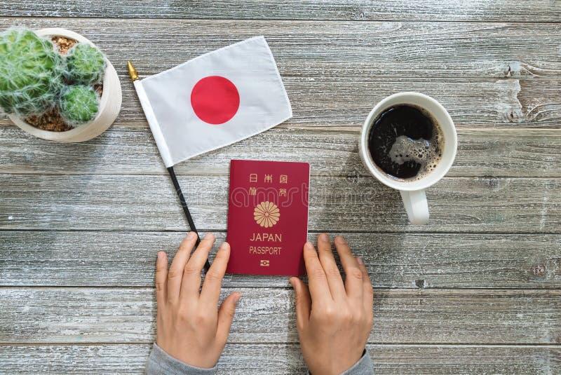 Pasaporte japonés en un escritorio de madera foto de archivo