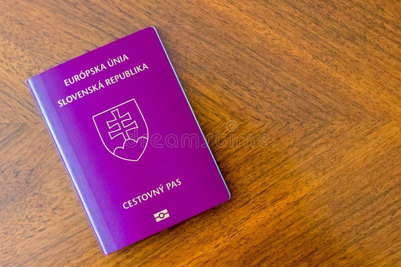 Pasaporte púrpura eslovaco en una tabla de madera imagenes de archivo