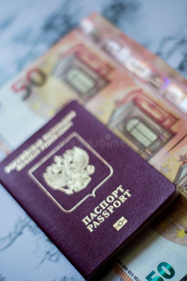 Pasaporte ruso con euro en fondo del marbel imagen de archivo libre de regalías
