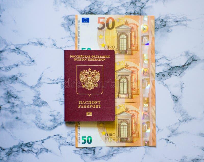 Pasaporte ruso con euro en fondo del marbel fotos de archivo libres de regalías