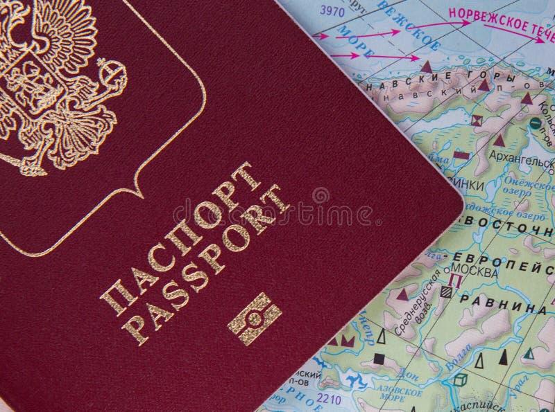 Pasaporte ruso en el mapa del mundo fotos de archivo