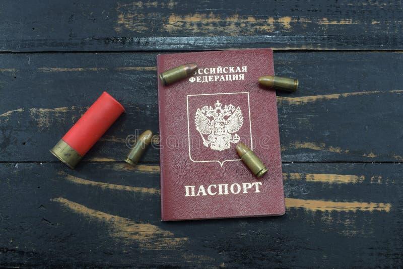 Pasaporte ruso en la tabla y la munición fotos de archivo libres de regalías