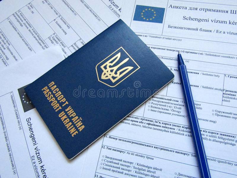 Pasaporte ucraniano con la forma imagen de archivo libre de regalías