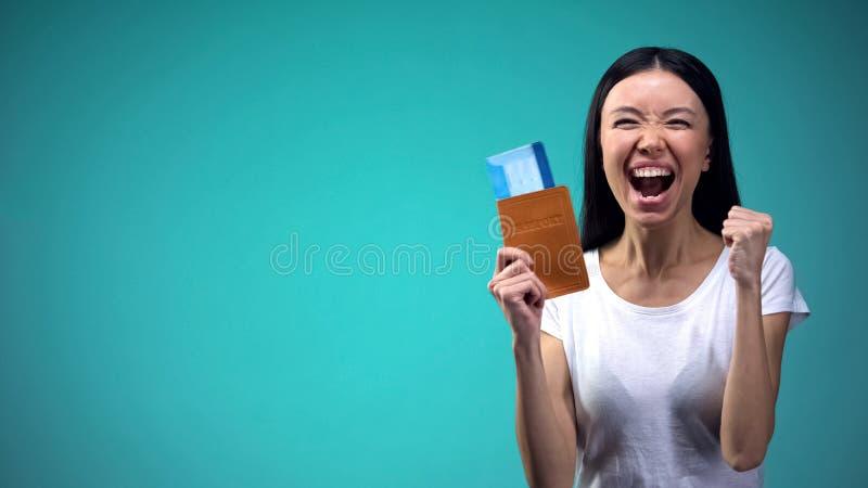 Pasaporte y boletos felices, día de fiesta esperado desde hace mucho tiempo de la tenencia de la mujer de su sueño fotografía de archivo libre de regalías