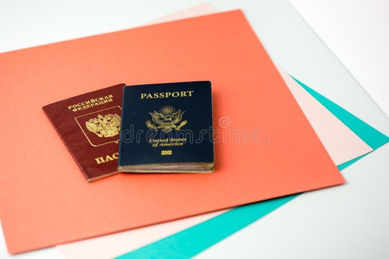 Pasaportes americanos y rusos en el papel coloreado fotografía de archivo