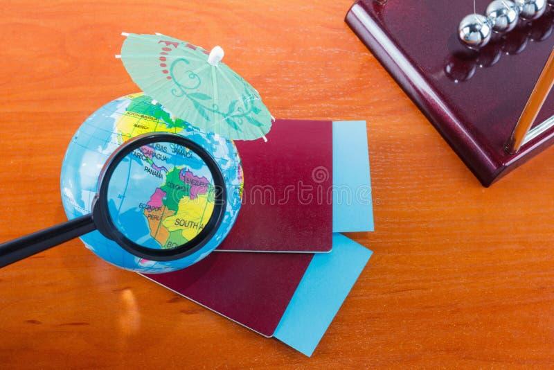 Pasaportes, boletos, globo como concepto de las vacaciones Preparación del viaje del verano Días de fiesta del planeamiento, comp imagenes de archivo