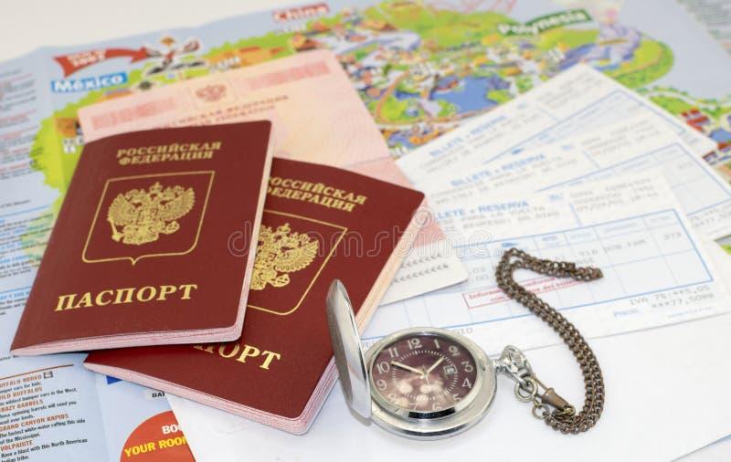 Pasaportes, boletos un reloj de bolsillo y mapa imagen de archivo