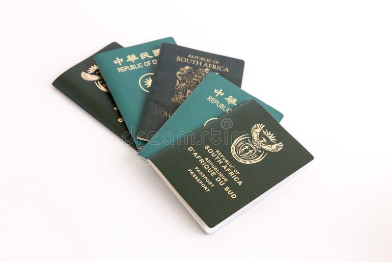 Pasaportes múltiples en el fondo blanco imagen de archivo libre de regalías