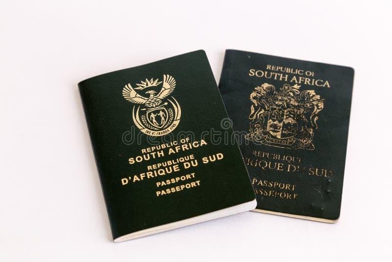 Pasaportes surafricanos viejos y nuevos en el fondo blanco fotografía de archivo