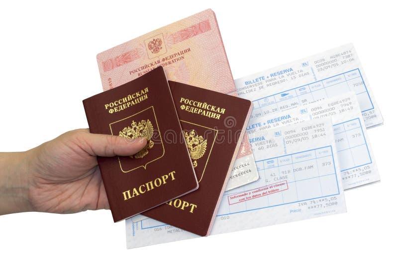 Pasaportes y boletos en una mano en fondo fotos de archivo libres de regalías