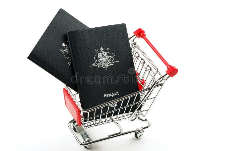 Pasaportes y carretilla australianos de las compras fotografía de archivo