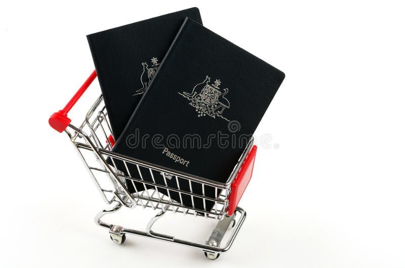 Pasaportes y carro de la compra australianos imagen de archivo libre de regalías