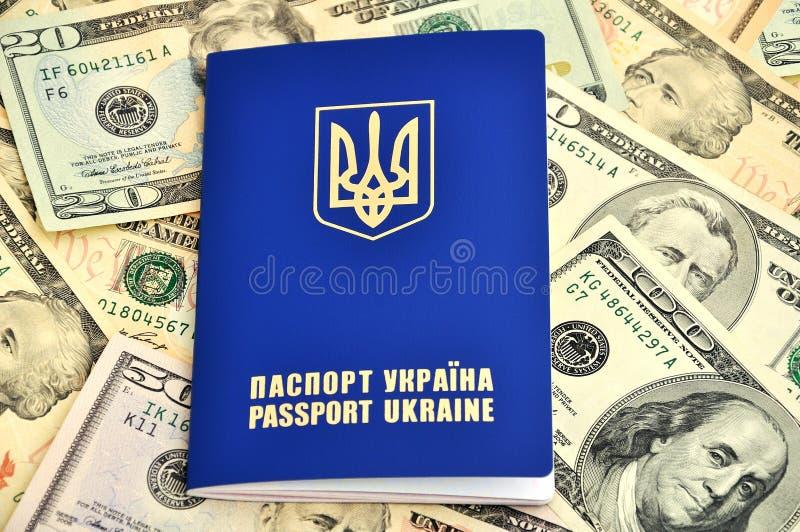 Pasaportes y dólares imágenes de archivo libres de regalías