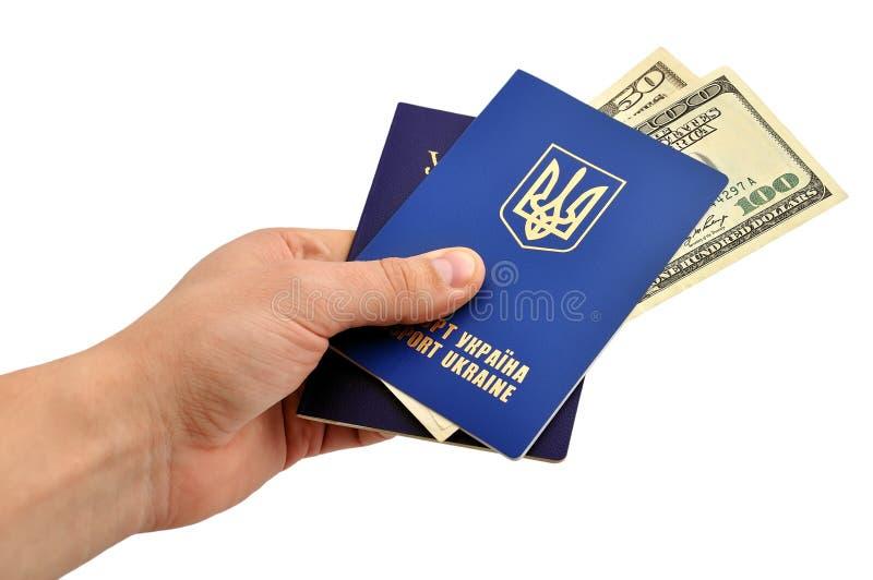 Pasaportes y dólares foto de archivo