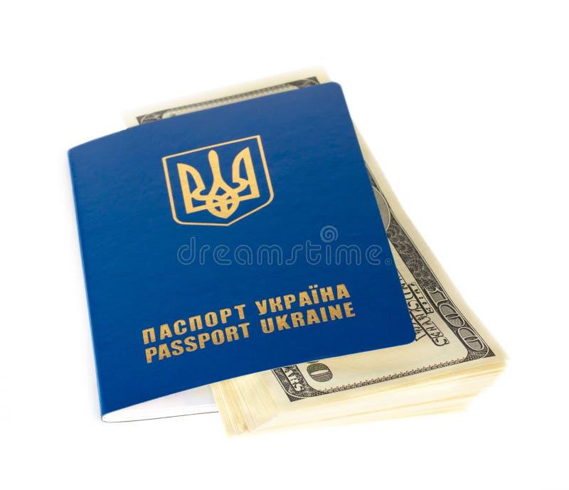 Pasaportes y dólares no nativos del ucraniano fotos de archivo