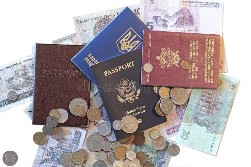 Pasaportes y dinero internacionales foto de archivo