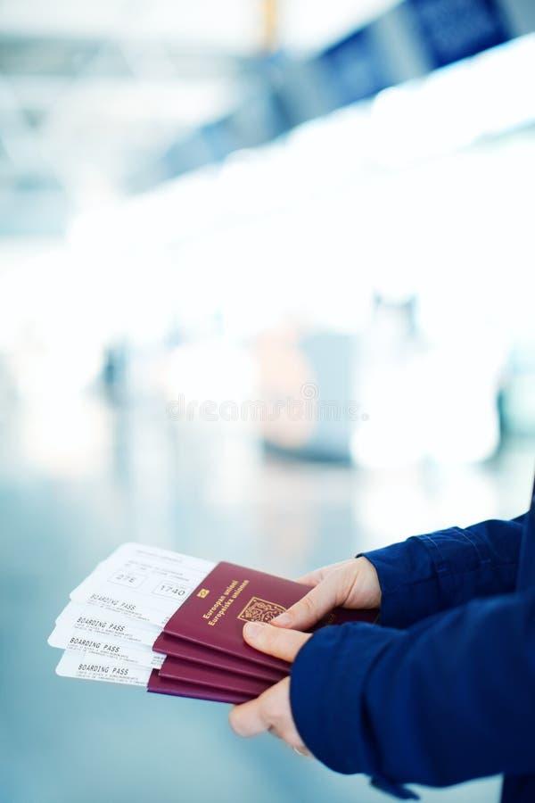 Pasaportes y documentos de embarque imágenes de archivo libres de regalías