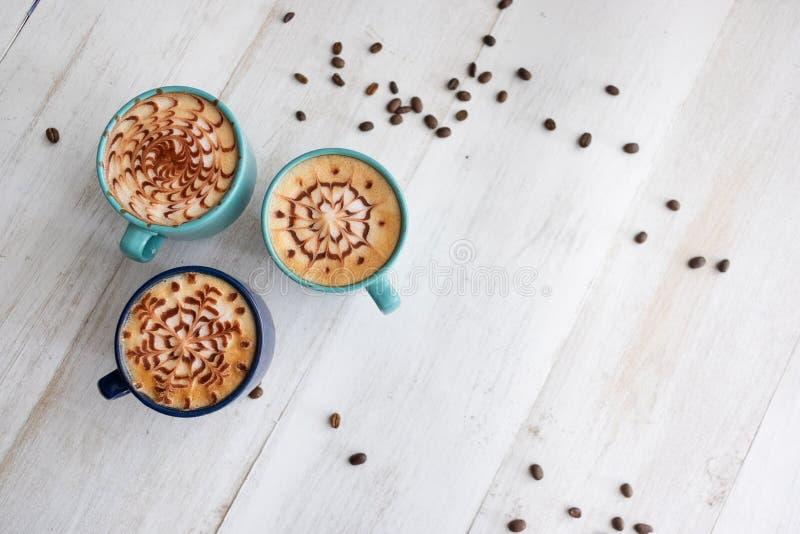 Pasar tiempo con tres tazas de café imagenes de archivo