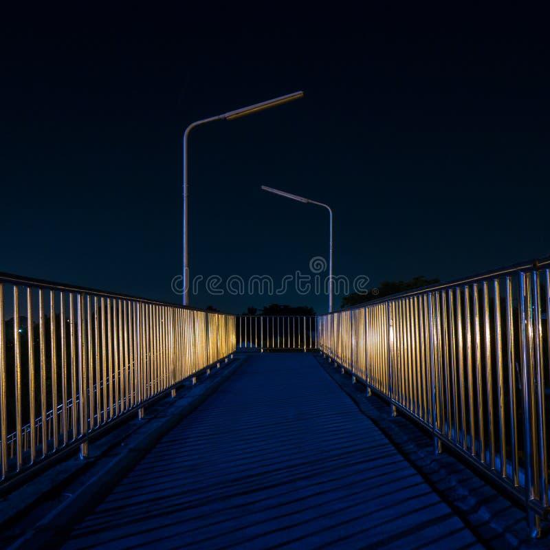 Download Pasarela Con El Reflejo De Luz En La Noche Foto de archivo - Imagen de tarde, configuración: 64202760