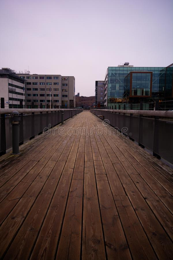 Pasarela moderna en el parque tecnológico Gothenburg, Suecia de Lindholmen fotografía de archivo