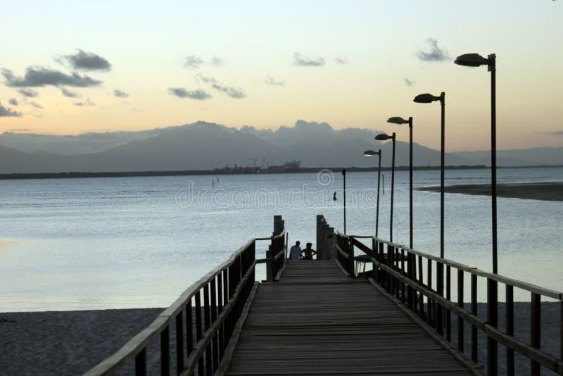 Pasarela, playa y montañas en el Brasil foto de archivo libre de regalías