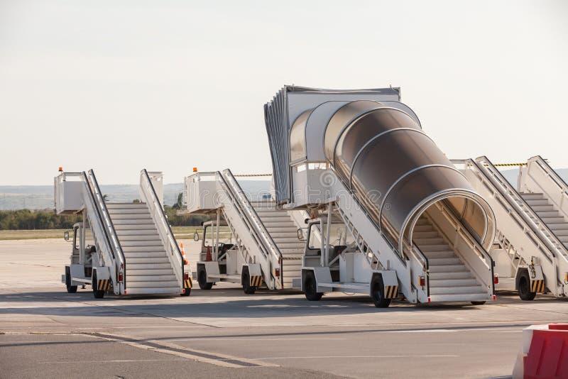 Pasarelas de airplan en el aeropuerto Las rampas de embarque del pasajero Las escaleras del pasajero Para vuelo que viaja y que e fotografía de archivo