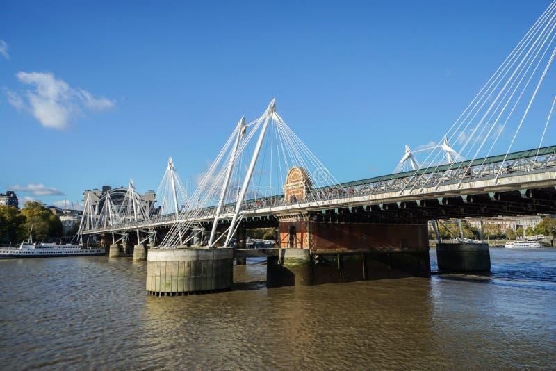 Pasarelas de oro del jubileo del ` s de la reina a través del río Támesis en cielo azul en Londres imágenes de archivo libres de regalías